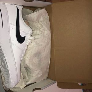 MEN'S NIKE SNEAKERS. SIZE 10 IN MEN'S.
